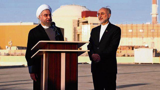 gesto. El presidente Rohani frente a la planta nuclear de Busher.