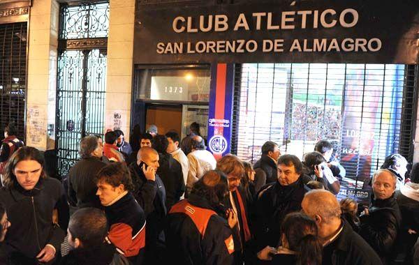 Anoche en la puerta del club hubo un banderazo y se registraron hechos de violencia.