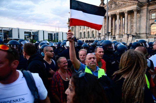 Un manifestante de extrema derecha exhibe la bandera del extinto Imperio Alemán el sábado en Berlín.