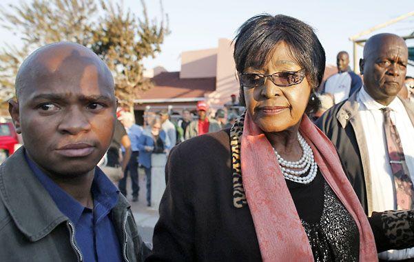 La ex exposa Winnie fue a la casa de Mandela en el barrio de Soweto.