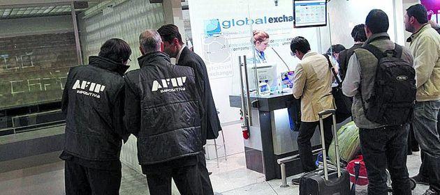 La Afip analizó los movimientos de las casas de cambio y las cotejó con los egresos en Migraciones.