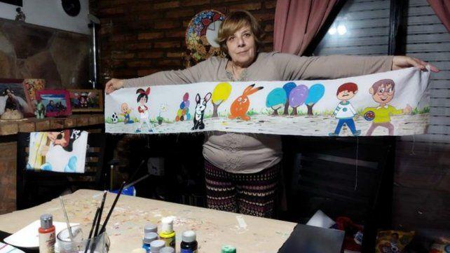 Cristina, con un paño de los que se usan para las sábanas de los niños.