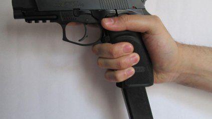 Pistola 9 milímetros con cargador de metra. Un arma modificada para disparar en una ráfaga.