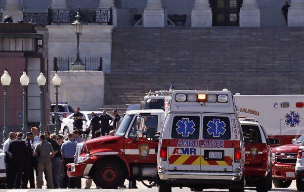 Emergencia. Ambulancias y policías frente a la escalinata del Capitolio