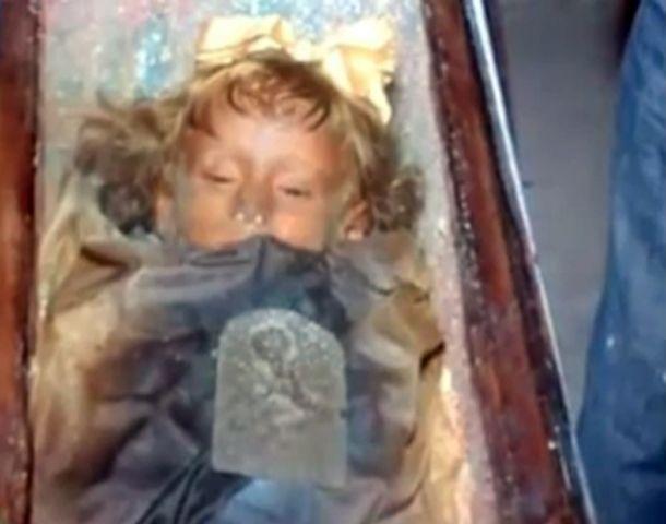 La momia que abre los ojos causa impresión en los que la visitan.