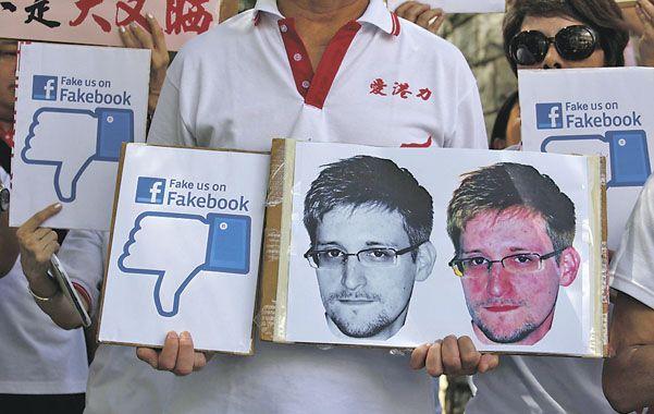 Solidarios. Un grupo de manifestantes expresa su respaldo a Snowden frente al consulado de EEUU en Hong Kong.