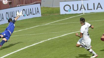 Acosta vuela sin chances de impedir ante la mirada del goleador Castro que sale a festejarlo.