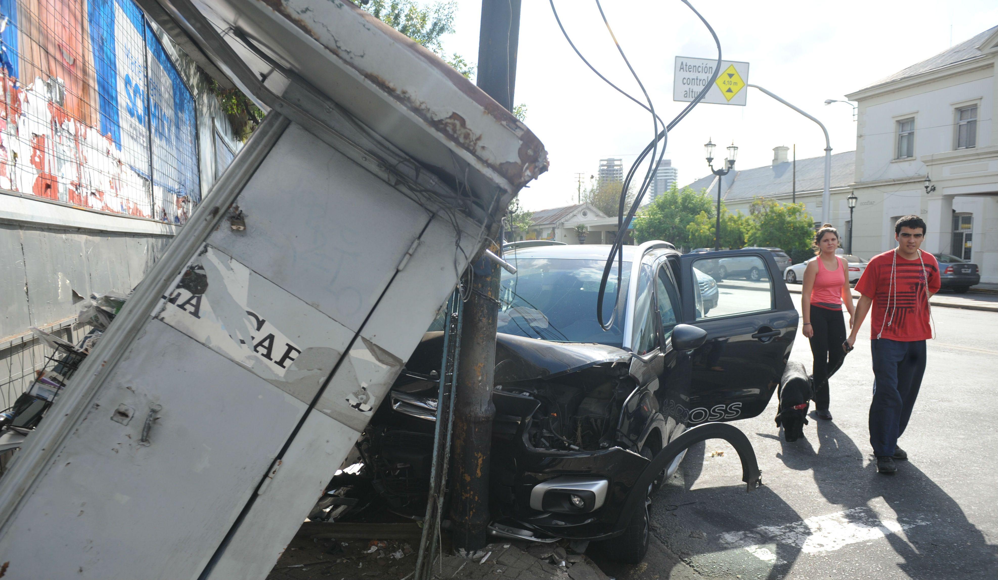 La tranquilidad de la tarde de Pichincha se vio alterada por el fuerte impacto de un automóvil contra un kiosco de diarios.
