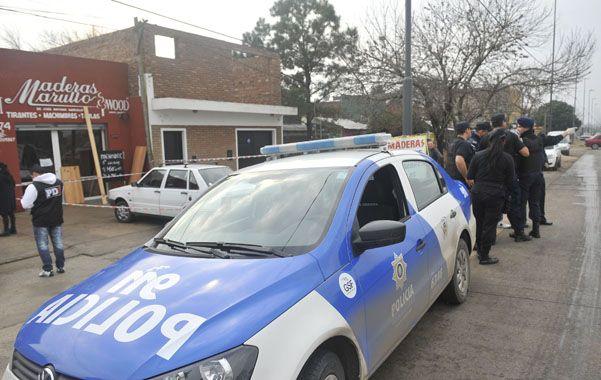 Pericias. Los policías trabajaban ayer en la maderera donde mataron a Rubén Martín