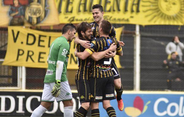 Los futbolistas de Olimpo festejan el primer gol de Canever en contra. (Foto: Télam)