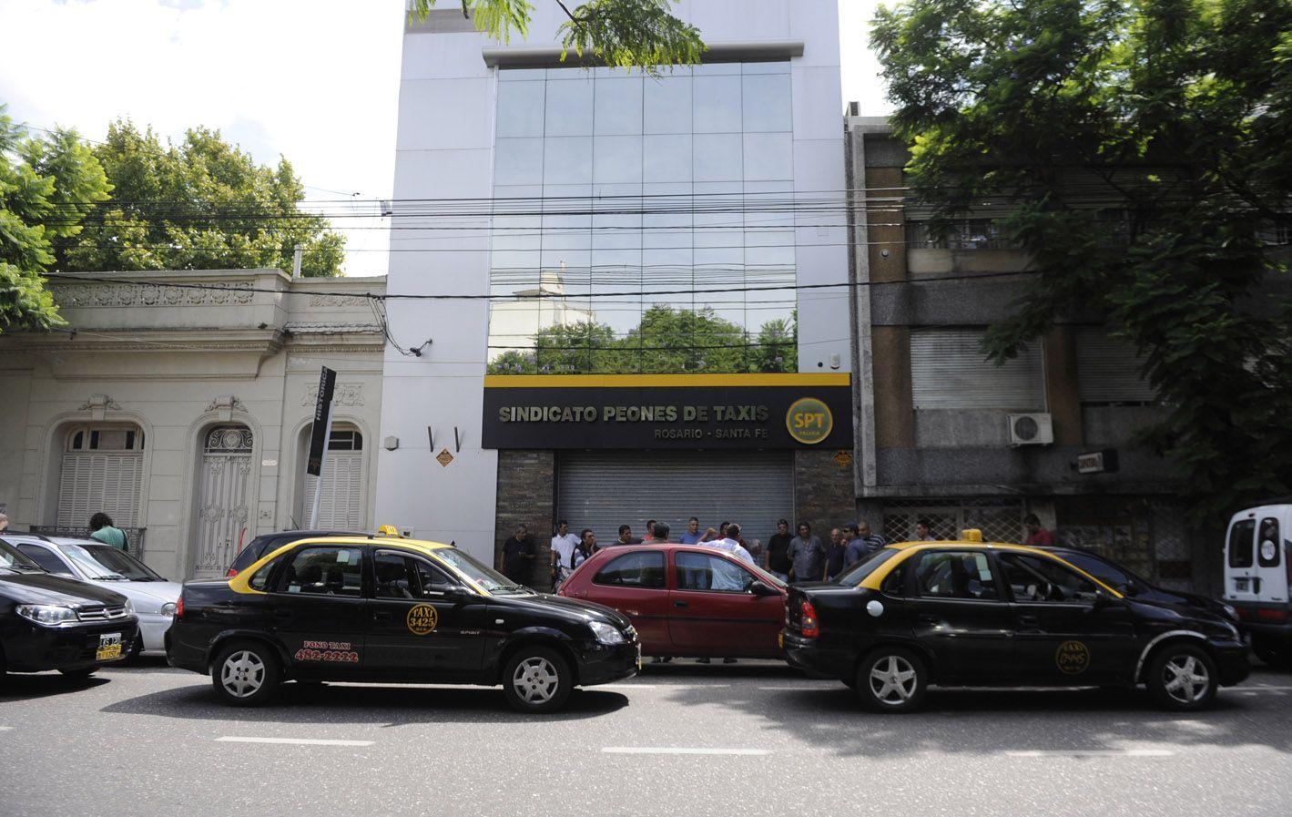 Taxistas reclaman la suba.