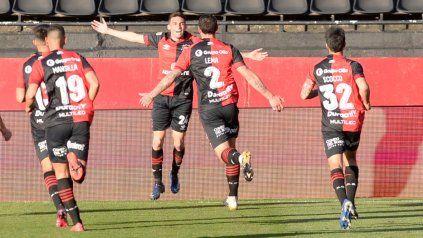 Garro abre los brazos y sus compañeros se acercan para celebrar su gol.