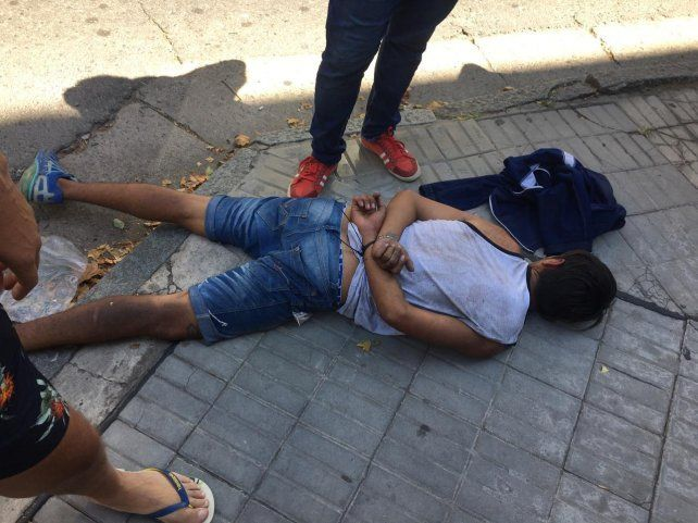 Vecinos detuvieron a un ladrón que intentó asaltar a una mujer con su bebé en brazos