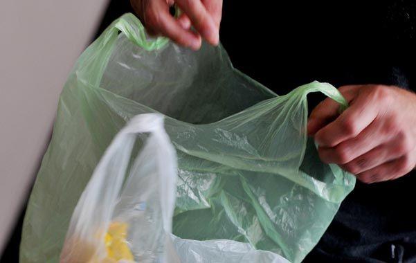 El consumo irracional de las bolsas de los súper genera un grave daño al medio ambiente. (Celina Mutti Lovera / La Capital)