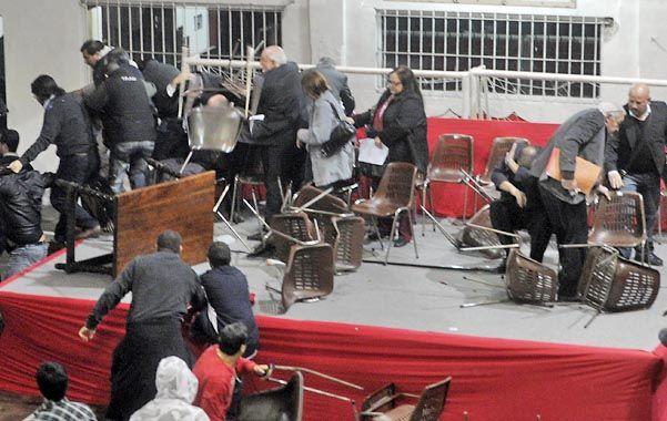Descontrol. Así quedó el escenario que debían ocupar Cantero y los miembros de la comisión directiva tras los hechos de violencia generado por los barras.