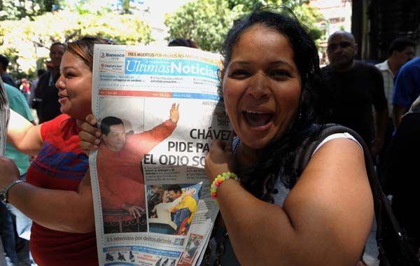 Seguidoras de Chávez mostraban ayer los diarios en Caracas con el amplio triunfo del mandatario.