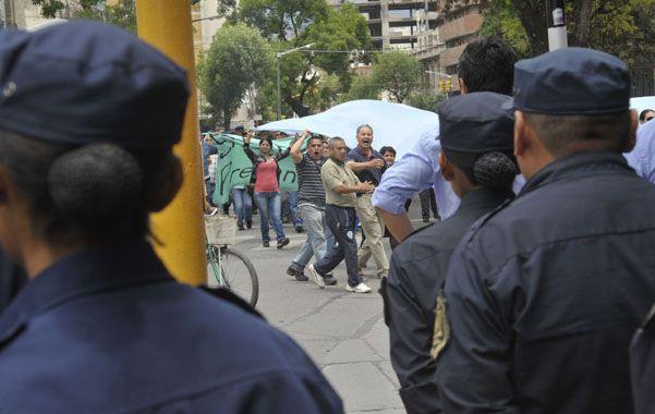 Postal. Policías salteños marcharon frente a camaradas que complían funciones en la capital de la provincia.