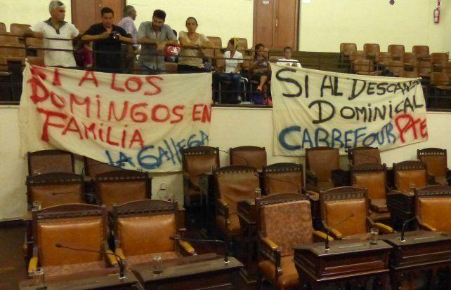 Discusión en el concejo. La normativa generó intensos debates en el Palacio Vasallo. El capítulo local incluyó marchas y protestas.