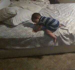 El bebé se las arregló muy bien y apeló a su inteligencia para bajar de la cama.
