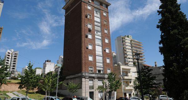 Una banda de ladrones irrumpió en un edificio de 1º de Mayo al 800