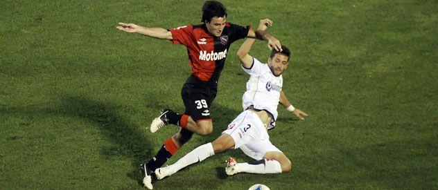 Friccionado. Muñoz intenta desbordar a Goñi