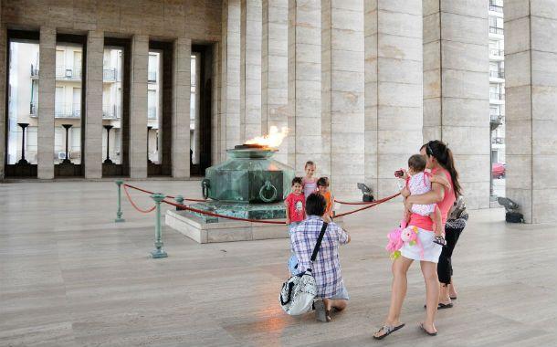 Un clásico. El Monumento y su llama votiva son verdaderos imanes para los turistas que llegan a la ciudad.