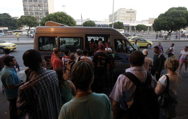 Cariocas apelan al transporte informal en medio de un paro de ómnibus que paralizó la ciudad.