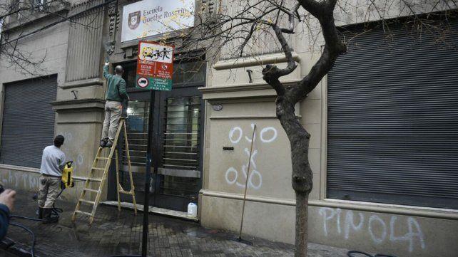 Vandalizaron la fachada del colegio al que acuden los hijos de Javier Pinola