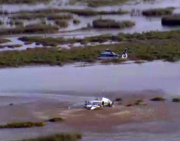 Un helicóptero de rescate llega a la zona donde cayó el avión.