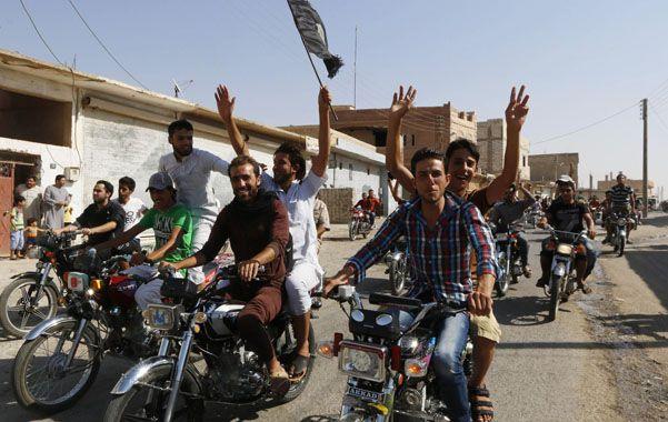 Sirios celebran en Tabqa la victoria que allí logró el EI.