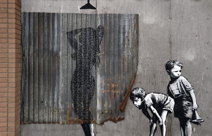 Las intervenciones de Banksy son arte callejero que abofetea al sistema.