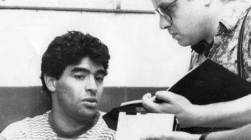 El álbum. Maradona y el periodista de La Capital, en el vestuario de Newells, luego del partido con Vasco da Gama.
