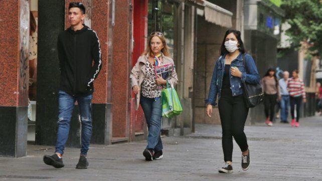 Los expertos recomiendan utilizar mascarillas y extremar los cuidados de distancia social e higiene.