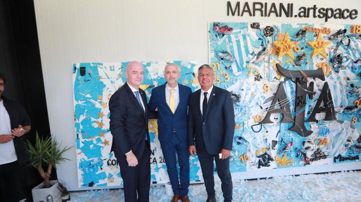 El vice de Central, Ricardo Carloni, junto a los presidentes de FIFA y AFA.