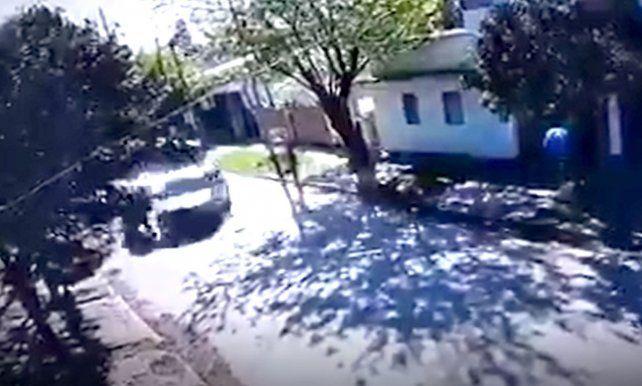 Video: la asaltan dos motochorros, la arrastran por la calle y es atropellada por un vecino