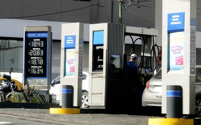 Surtidores. Cargar nafta y gasoil costará más caro e impactará en la inflación de los próximos meses.