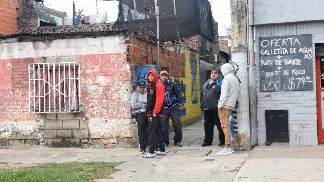 En el fondo. Los Riquelme viven en la última casa de un pasillo. Los asesinos barreteraron la puerta para entrar.