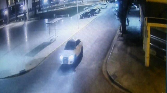 Filmado. El Audi Q3 de apoyo pasa frente al Centro de Justicia Penal el 3 de enero minutos antes del ataque.