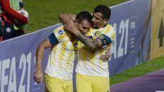 Marco Ruben saluda a la figura, autor del 2do. gol