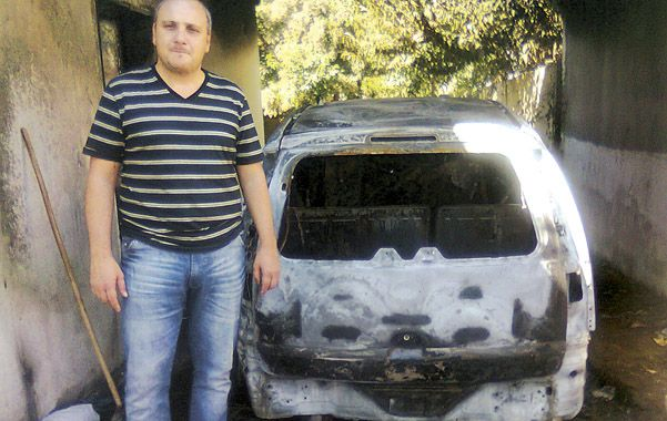Destruida. La Meriva de Pascual quedó totalmente calcinada. El periodista vincula el atentado a su trabajo.