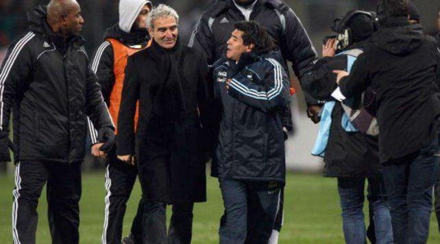 El DT francés. Domenech junto a Diego Maradona tras un partido.