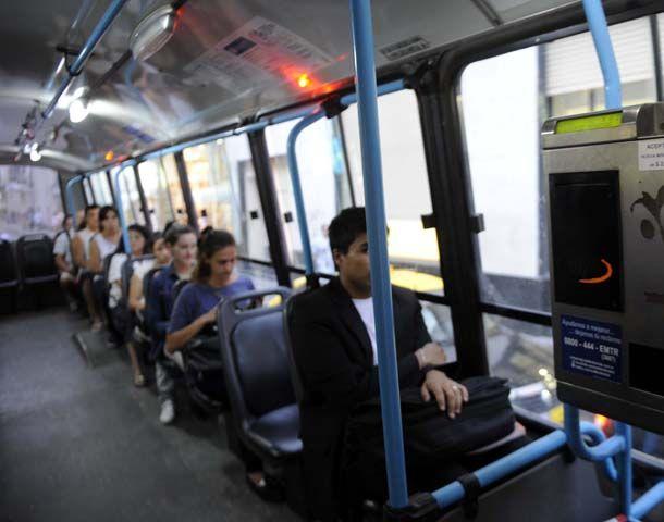 El coches de hasta 30 asientos habrá por lo menos una silla especial para personas con movilidad reducida.