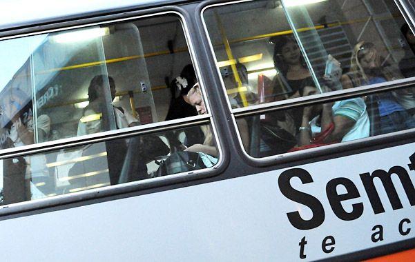 En marcha. El trasbordo implica una operación sencilla para el pasajero. (foto: Marcelo Bustamante)