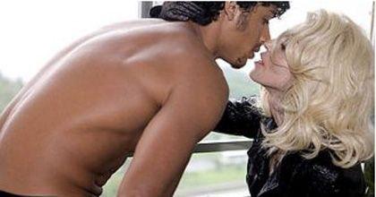 Se compromete la cantante Madonna con su novio brasileño de 22 años