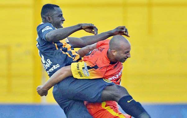 A todo o nada. El colombiano Yeimar Gómez Andrade le mete mucha enjundia a la marca contra el delantero de Crucero del Norte.