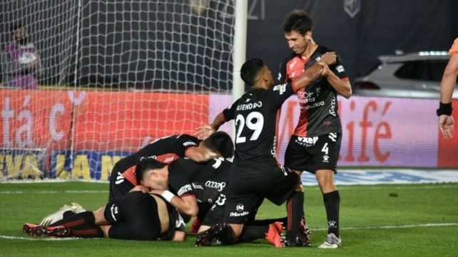 Todo Colón festeja el gol de Bernardi