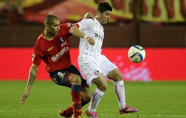 Control. Pisano cuida la posesión de la pelota frente a la marca de Sebastián López.