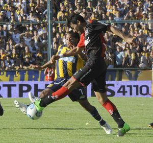 Encina y Víctor Lóopez en el último clásico. El partido de la ciudad ya se vive a pleno.