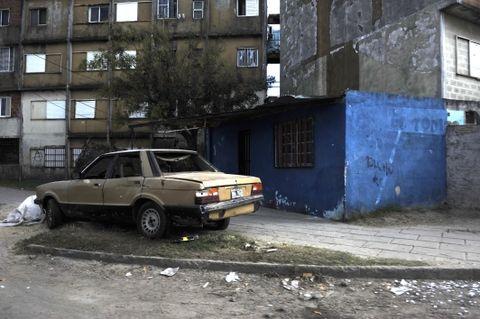 Frente a la precaria vivienda azul que se levanta junto al Fonavi de Rouillón y Biedma ocurrió el crimen. (Foto: S.Toriggino)