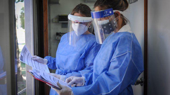 Los casos de coronavirus que se confirman a diario en Rosario tienen al límite al sistema sanitario.